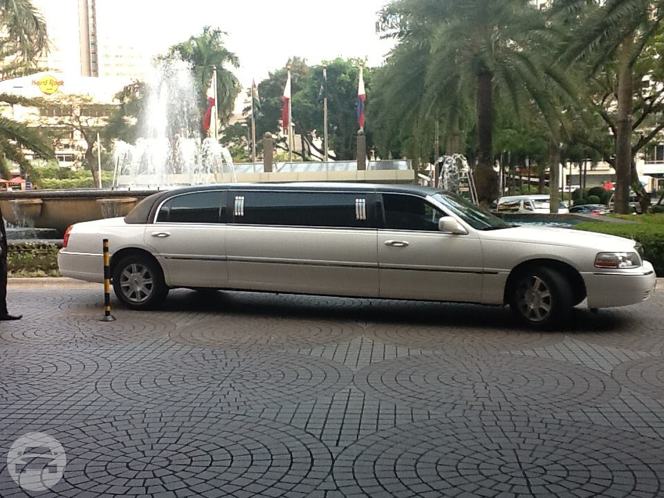 Lincoln Stretch Limousine Tuxedo Limo  / Angeles, Pampanga   / Hourly ₱0.00